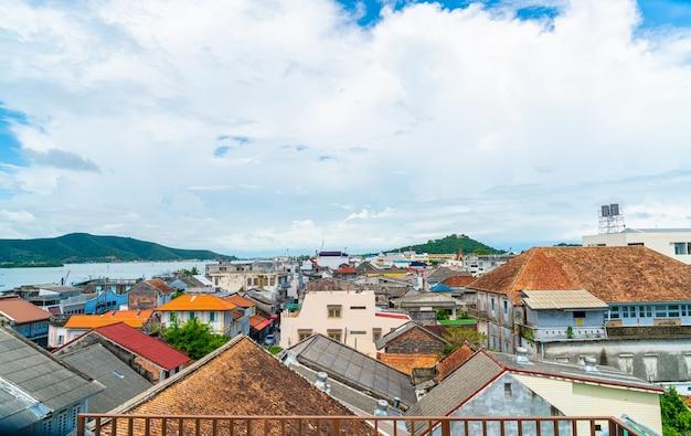 Songkla vista sulla città con cielo blu e baia in thailandia