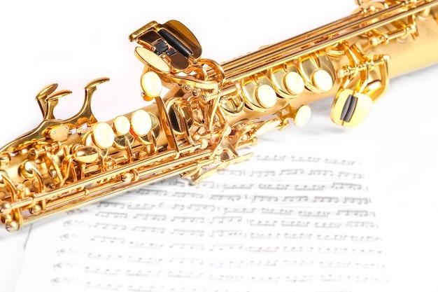 Sassofono soprano su sfondo bianco