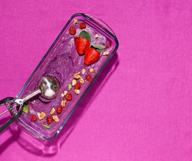 Sorbetto di bacche di ribes e ube su lino di colore viola. copia spazio