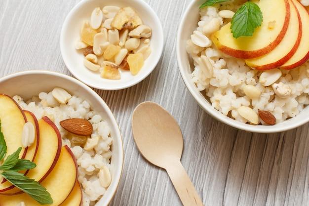 Porridge di sorgo con pezzi di pesca