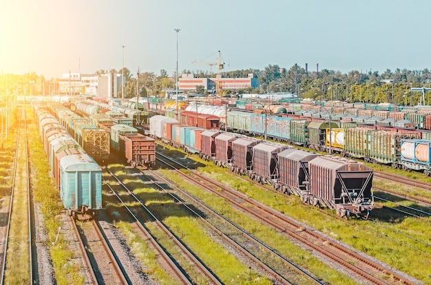 Smistamento vagoni merci sulla ferrovia durante la formazione del treno.
