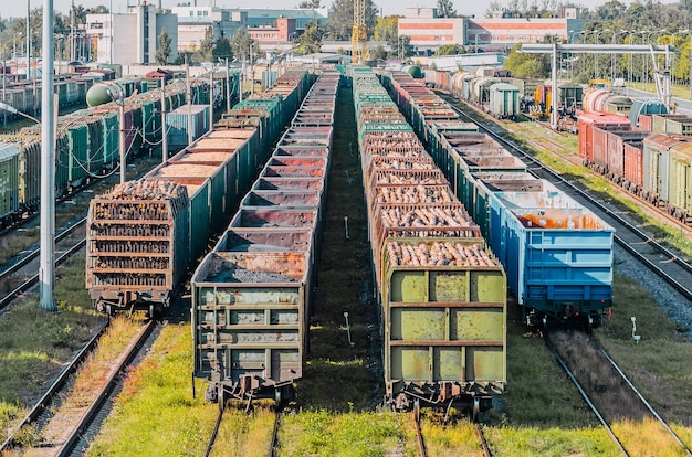 Smistamento dei vagoni merci sulla ferrovia durante la composizione del treno.