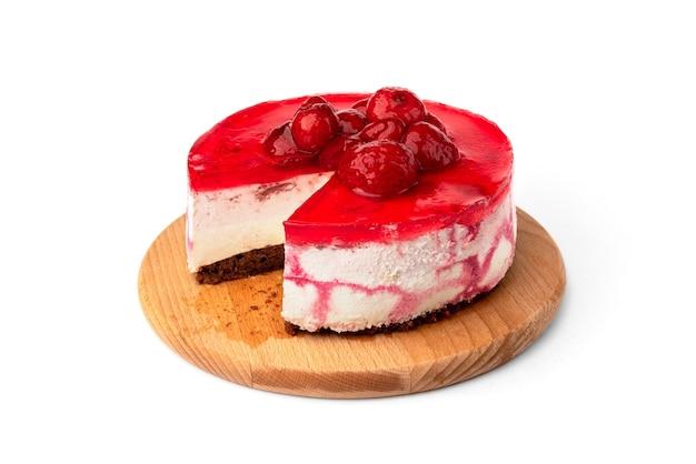 Torta soufflé con fragole isolato su sfondo bianco.