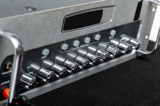 Amplificatore audio per collegamento a microfono e mixer nello studio di registrazione