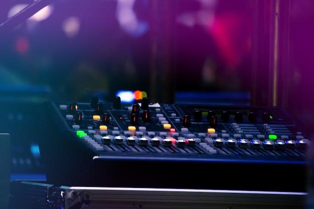 Set di controllo del suono in un festival celebrato di notte