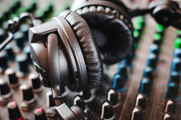 Mixer audio e cuffie. studio di registrazione.