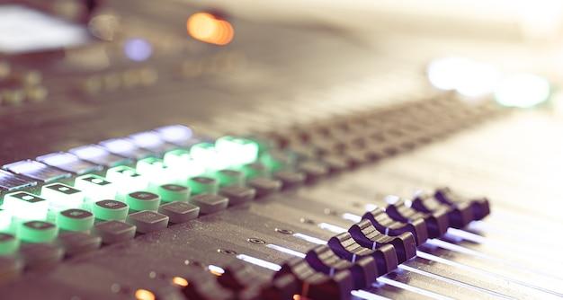 Mixer audio. console di missaggio audio professionale con luci, pulsanti, fader e slider.