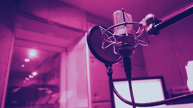 Studio di registrazione di produzione del suono con microfono e supporto antiurto e filtro pop su treppiede che utilizzano