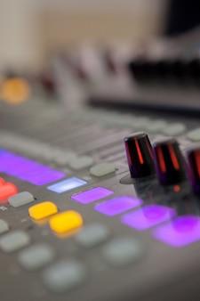 Banco di missaggio per studio di registrazione del suono. pannello di controllo del mixer musicale.