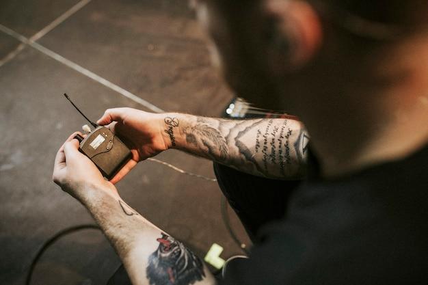 Tecnico del suono con un monitor in-ear wireless