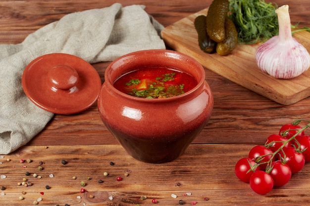 Zuppa kharcho con carne di manzo su fondo di legno