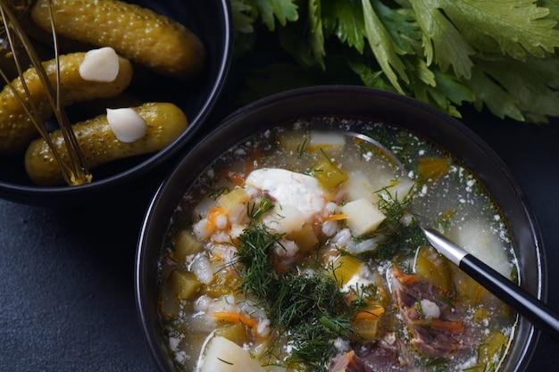 Zuppa con carne di manzo cetrioli sottaceto e orzo perlato rassolnik
