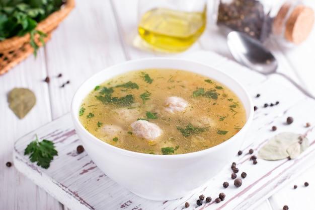 Zuppa con polpette di pollo e verdure