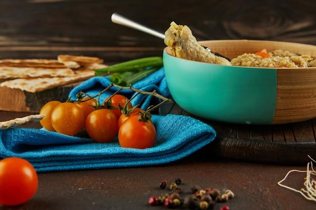 Zuppa con gnocchi matzo e pollo con carote e pomodori. cibo sano per la pasqua.