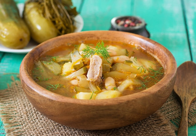 Zuppa con cetrioli sott'aceto e fagioli in stile ucraino