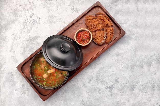 Zuppa di gamberi, salsa, pane, crostini di pane, su una tavola di legno