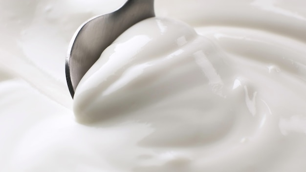 Panna acida close up, yogurt greco con cucchiaio