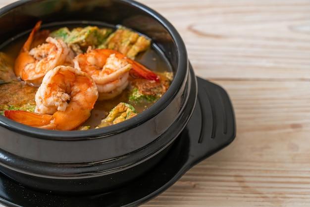 Zuppa acida a base di pasta di tamarindo con gamberetti e frittata di verdure - stile asiatico