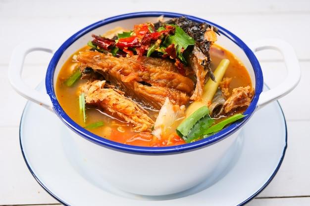 Zuppa di pesce secco affumicata acida e piccante, cibo tailandese