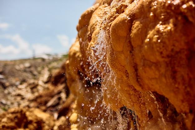 Fonte di acqua minerale naturale nelle montagne della georgia