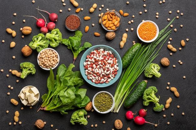 Una fonte di proteine per i vegetariani vista dall'alto su uno sfondo nero concetto cibo sano e pulito