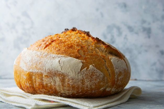 Pane fatto in casa con lievito naturale, stile di vita sano, concetto di cucina casalinga.