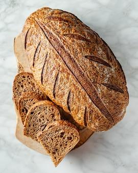 Pane al malto a lievitazione naturale su superficie di marmo grigio