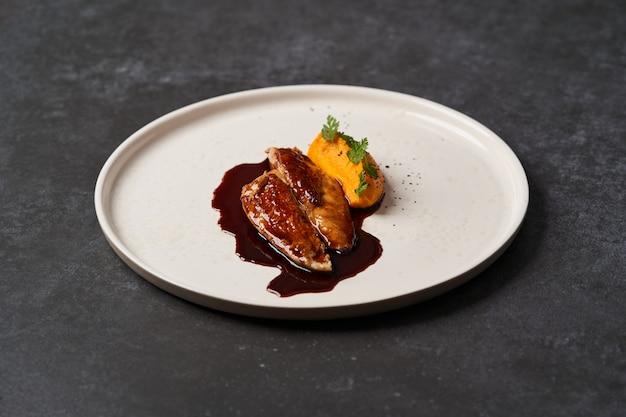 Petto di pollo sous vide con purè di carote giovani e jus di pollo