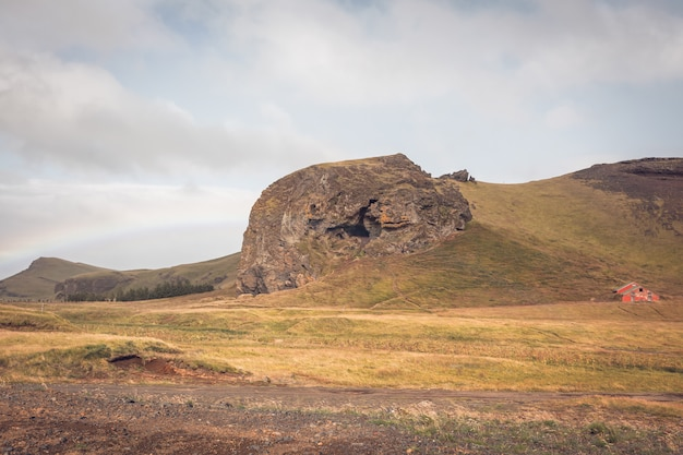 Paesaggio islandese meridionale con arcobaleno