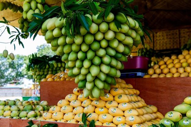 Filippine sud-est asiatico isola di guimaras maggio stand del festival del mango con frutti di mango freschi nel...