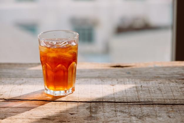 Tè dolce freddo in stile meridionale in due bicchieri tavolo in legno rustico