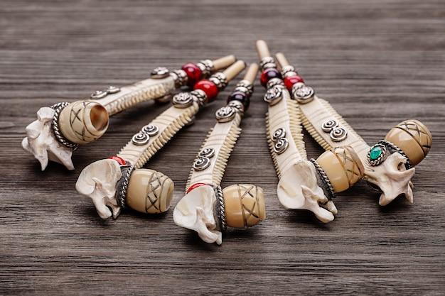 Pipa da fumo souvenir, fatta a mano. rituale del fumo. copia spazio, girato in studio.
