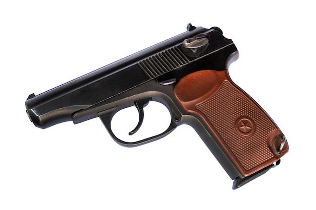 Pistola sovietica da 9 mm isolata su sfondo bianco