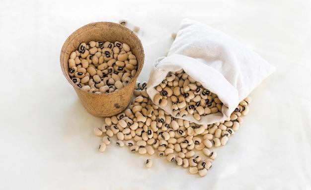 Protina di soia in cestino di bambù rattan su tessuto bianco