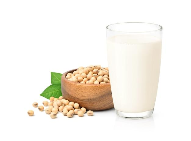 Fagioli di soia con latte e foglie verdi su sfondo bianco