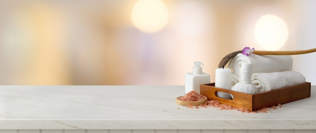 Accessori spa con asciugamano bianco e candela in vassoio di legno con sale spa, olio aromatico