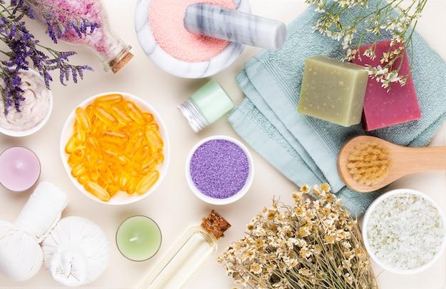 Spa e bagno cosmetici fatti in casa. bottiglie con prodotti cosmetici spa su sfondo pastello, vista dall'alto.