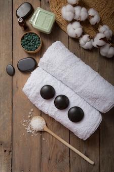 Spa, cosmetici di bellezza e concetto di trattamento di cura del corpo con lo spazio della copia. creativo vista dall'alto composizione laica piatta con accessori da bagno spirulina verde, pietre, olio, sale marino, sapone