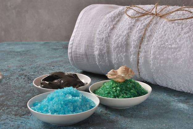 Spa e prodotti per la cura del corpo. bagno aromatico colorato sale del mar morto e fango del mar morto nero.