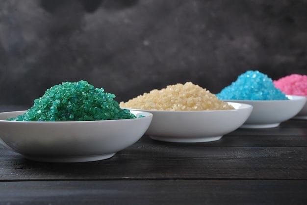 Spa e prodotti per la cura del corpo. bagno aromatico colorato sale del mar morto