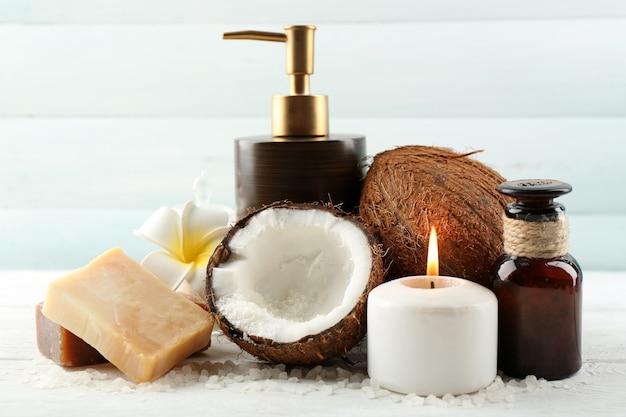 Prodotti della noce di cocco della stazione termale sulla tavola di legno chiara