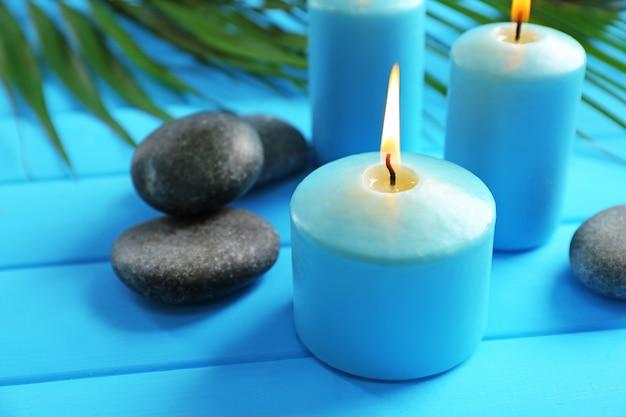Composizione spa di candele blu, pietre sull'azzurro