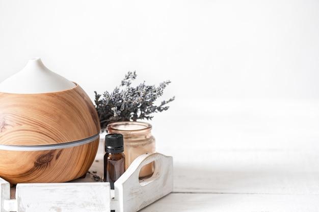 Composizione spa con diffusore di aromi e spazio copia olio di lavanda naturale