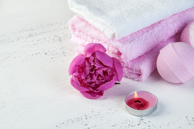 Composizione spa con bombe da bagno e peonia rosa