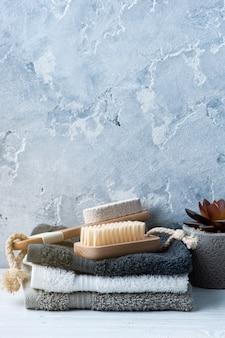 Composizione spa con spazzole per il corpo e asciugamani
