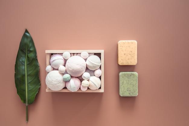 Composizione spa con articoli per la cura del corpo su uno sfondo colorato.