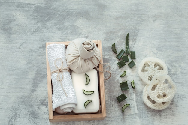 Composizione spa con articoli per la cura del corpo su sfondo chiaro.