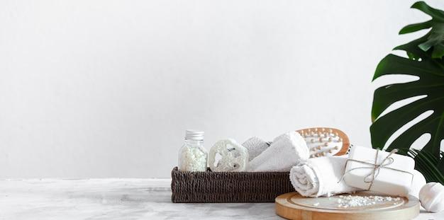Composizione spa con articoli per la cura su sfondo chiaro