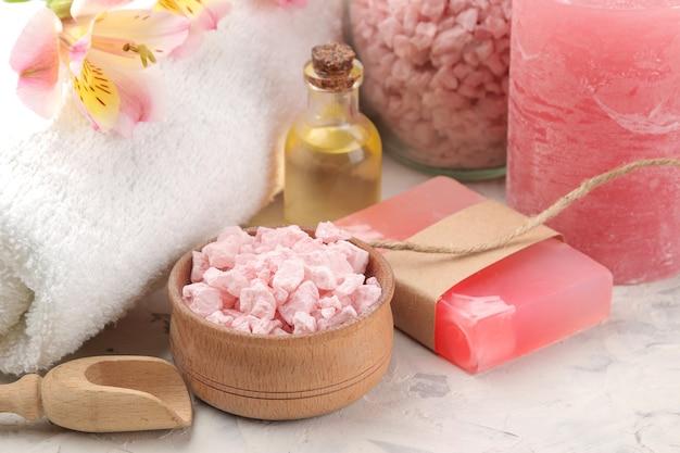 Composizione spa con sale marino, oli aromatici e sapone fatto a mano. concetto di stazione termale. su uno sfondo chiaro.