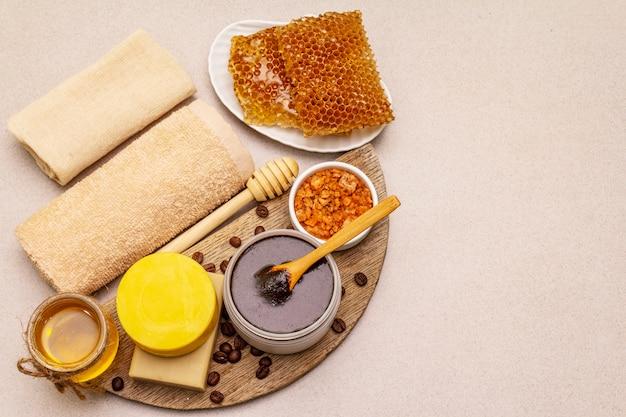 Concetto spa. cura di sé con miele, caffè e curcuma. cosmetici biologici naturali, prodotti fatti in casa, stile di vita alternativo